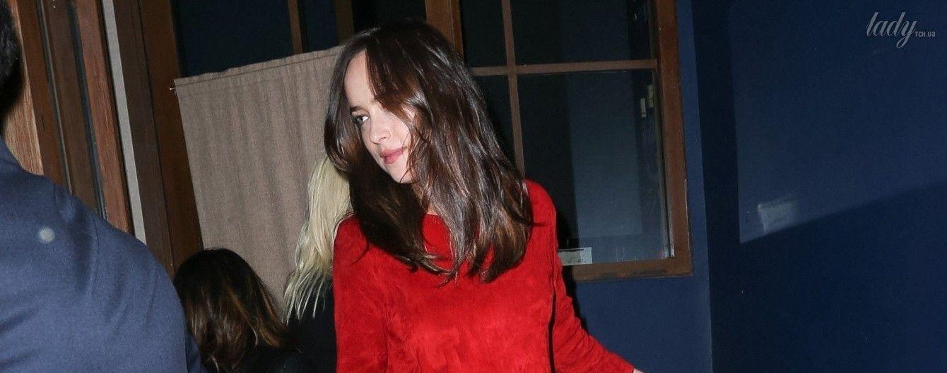 В красном костюме и с золотой сумкой: Дакоту Джонсон сфотографировали папарацци