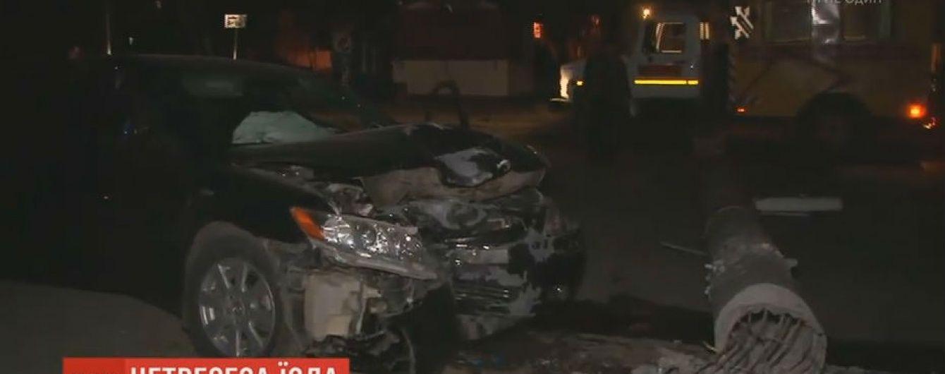 В Сумах нетрезвый чиновник на автомобиле снес бетонный столб