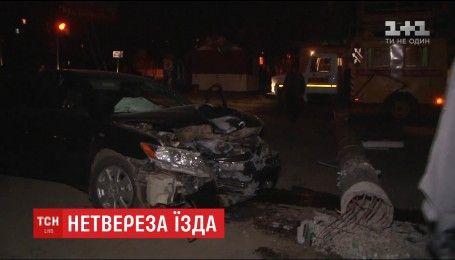 В Cумах нетрезвый чиновник на автомобиле въехал в бетонный столб