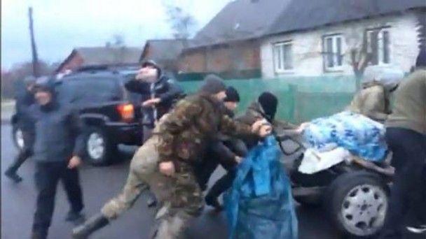 """На Ровенщине толпа """"отбила"""" у полиции квадроцикл и угрожала отобрать оружие"""