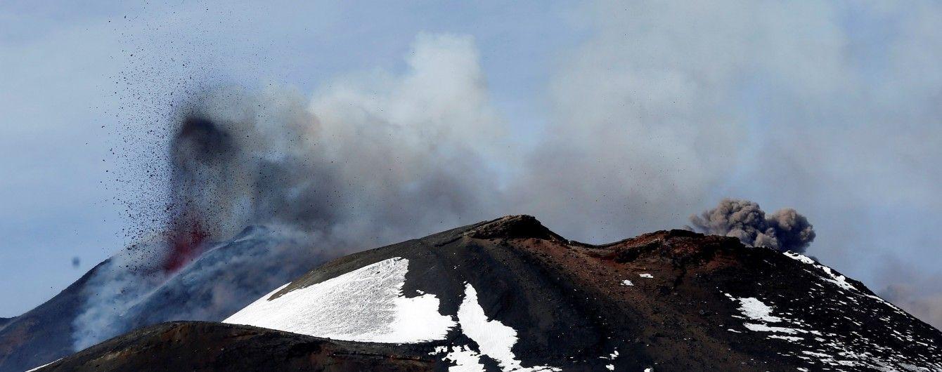 Репортеры ВВС сняли на видео опасное извержение вулкана Этна с очень близкого расстояния
