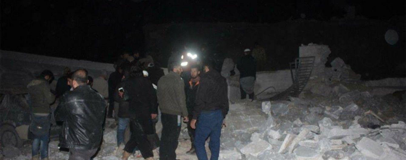 В Сирии самолеты разбомбили мечеть во время вечерней молитвы, погибли более 40 человек