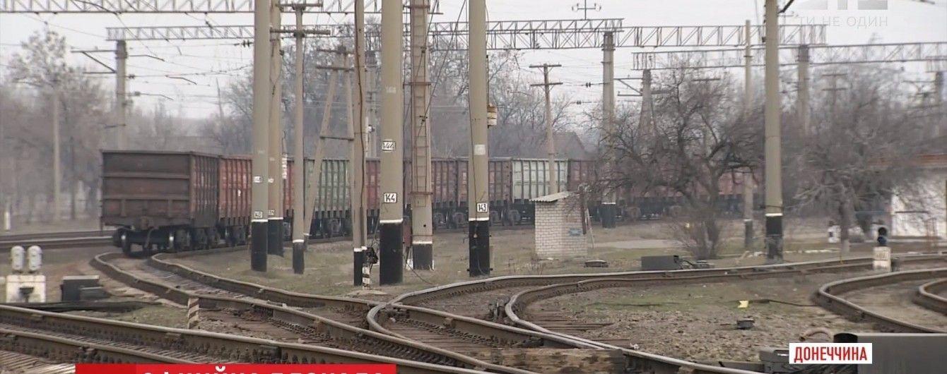 На глазах журналистов ТСН блокпосты на Донбассе пересекли фура и грузовой поезд