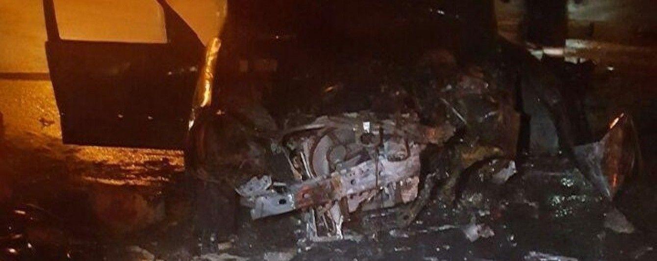 В центре Киева Mercedes из-за неудачного маневра влетел в отбойник и загорелся