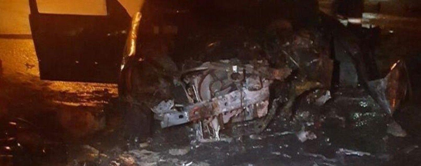 В центре Киева Mercedes-Benz влетел в отбойник и загорелся