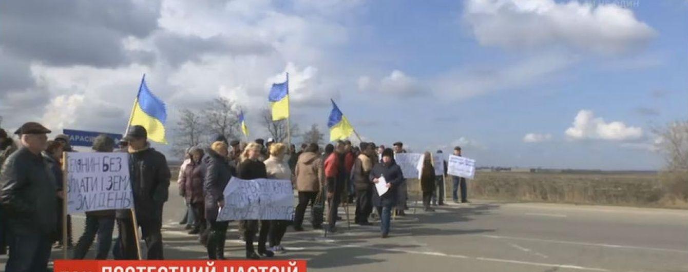 Селяне на Кировоградщине из-за 4-месячной задолженности по зарплате перекрыли трассу