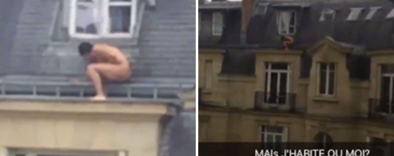 Во Франции голый парень прятался на фасаде здания