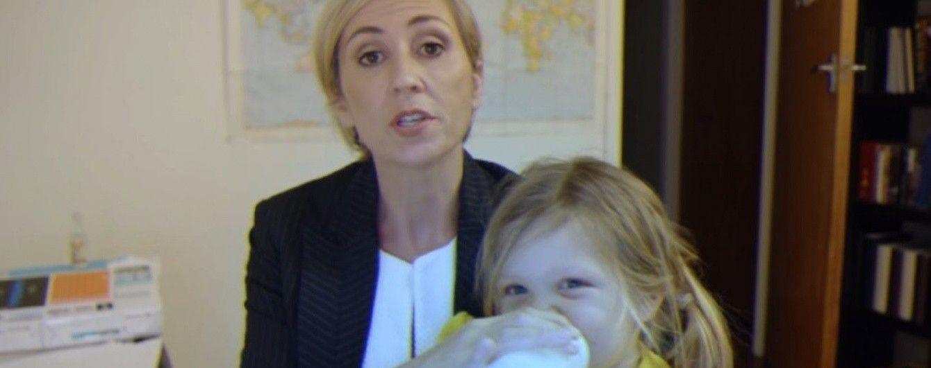 """""""Как бы выкрутилась мама"""". Сеть завоевывает ролик-пародия на эксперта ВВС, которому помешали дети"""