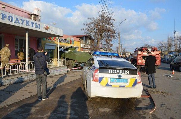 В Николаеве военный бензовоз протаранил магазин