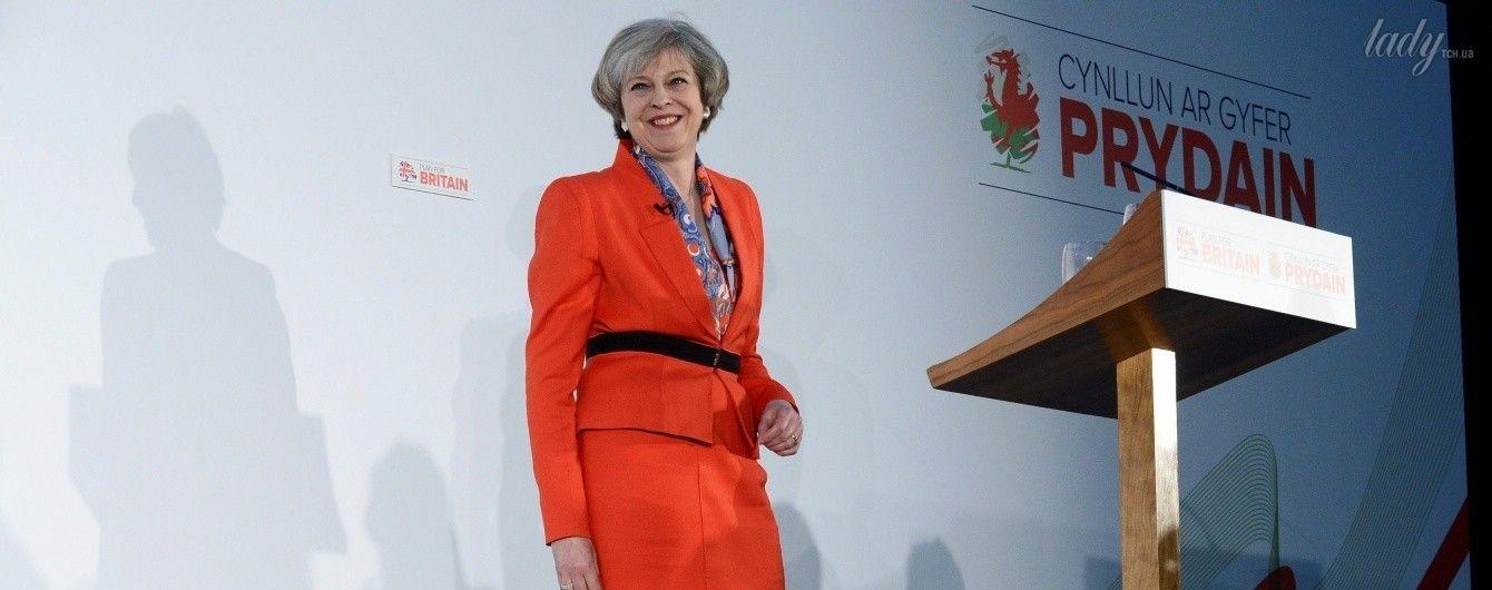 Вся в красном: Тереза Мэй выбрала для делового мероприятия эффектный наряд