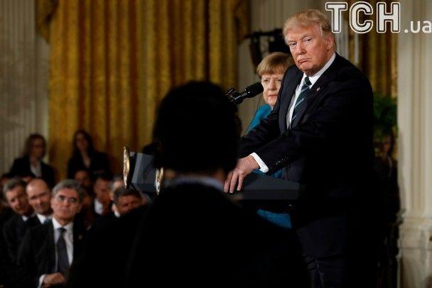 Трамп відмовився потиснути руку Меркель попри заклики журналістів