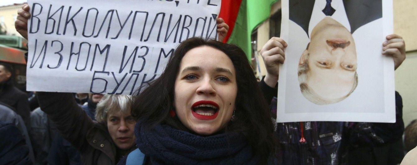 Лукашенко придется балансировать между демонстрантами и Кремлем - Politico