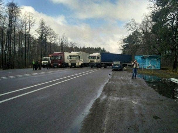 """На Ровенщине более сотни активистов перекрыли трассу """"Киев-Ковель"""""""