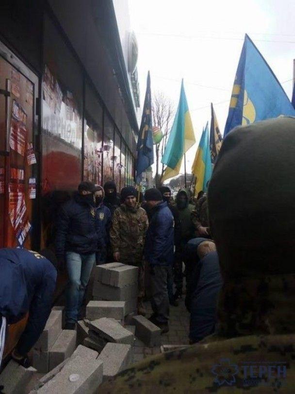 """В Тернополе активисты замуровали """"Сбербанк"""""""