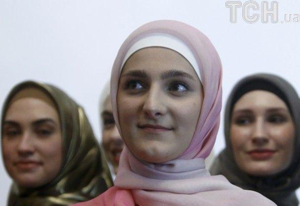 18-річна донька Кадирова представила у Москві колекцію традиційних для Чечні вечірніх суконь
