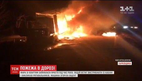 Под Харьковом выгорела фура, перевозившая обувь