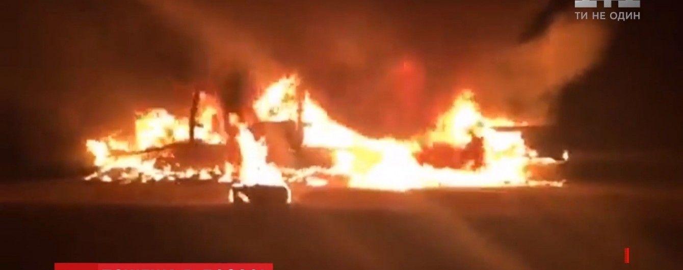 На Харьковщине посреди трассы дотла выгорела фура с обувью