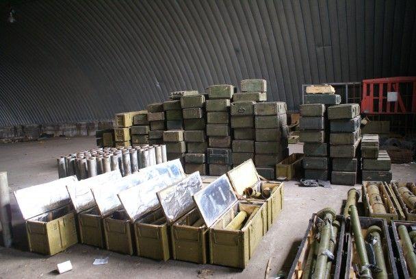 Возле Запорожья обнаружили ангар с огромным арсеналом оружия и боеприпасов