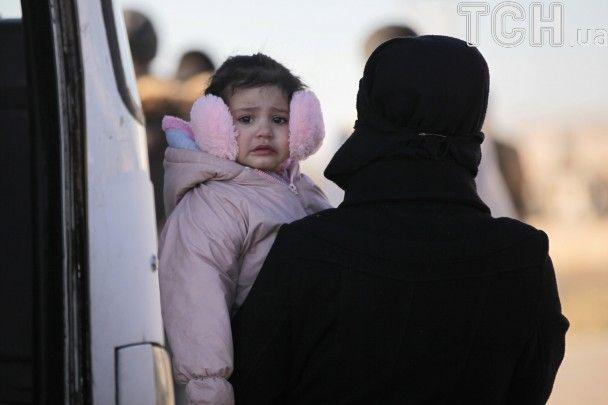 """Масштабна евакуація у Сирії: тисячі повстанців з родинами полишають """"столицю революції"""""""