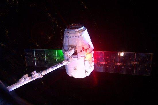 """Новий запуск від SpaceX: корабель Dragon доставить на МКС космічний """"гарпун"""" для сміття"""
