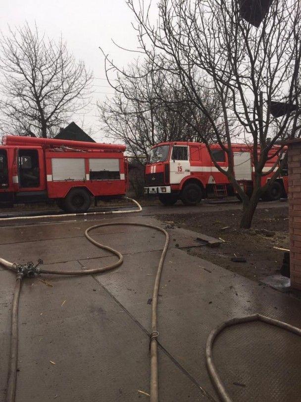 Пожар и раненая мирная жительница. Боевики обстреляли старую часть Авдеевки