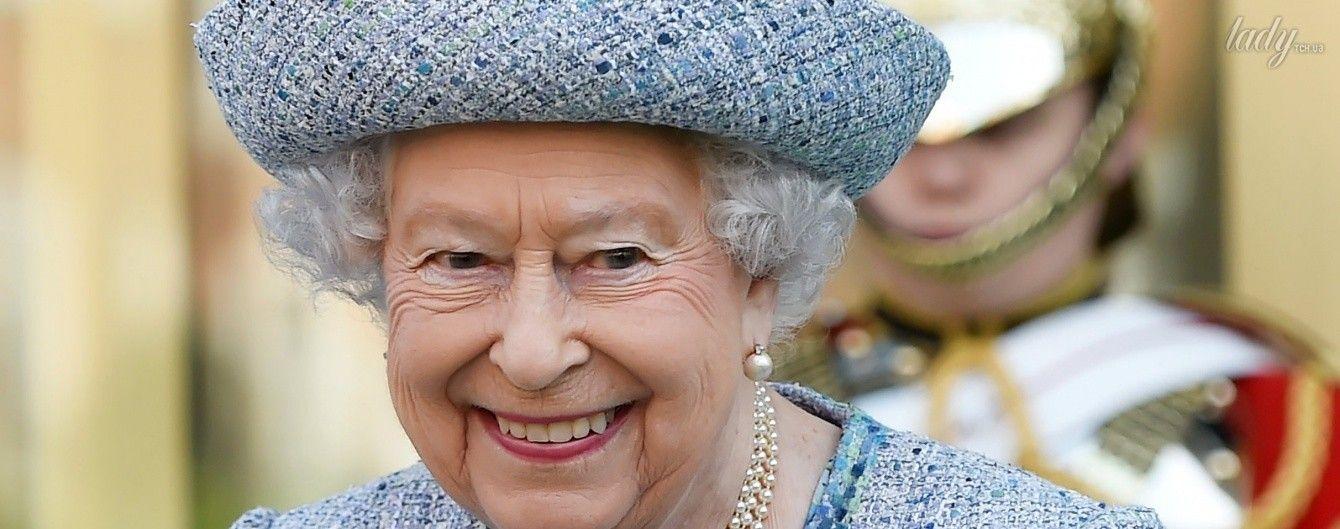 В твидовом пальто и с букетом: новый яркий образ королевы Елизаветы II