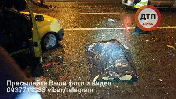 """У Києві в жахливій ДТП """"Fiat"""" приземлився на """"Renault"""" і вбив водія – соцмережі"""