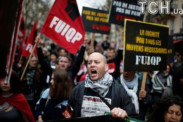 Фаєри і два поранені жандарми. Reuters показало паризькі протести проти насильства з боку поліції