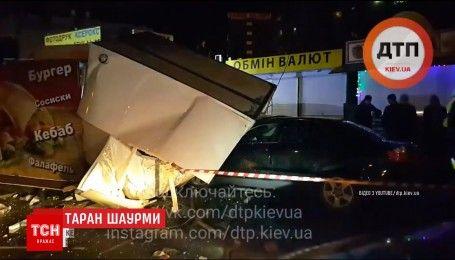 Автомобиль протаранил три киоска с шаурмой в столице