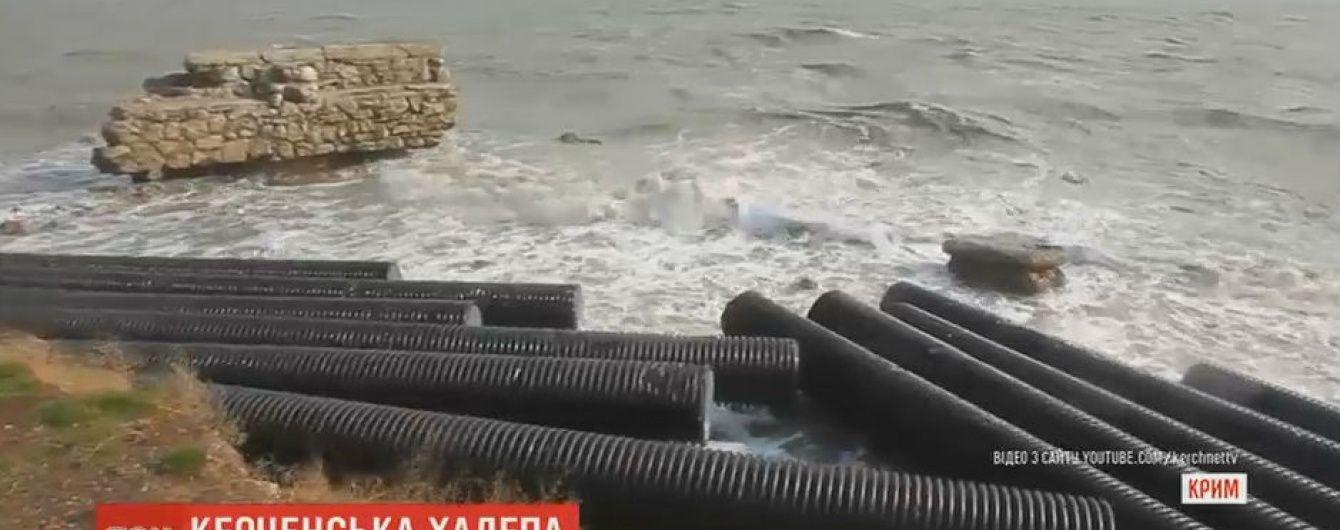 Шторм у Криму завалив узбережжя захисними трубами з Керченського моста