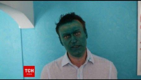 Российского оппозиционера Алексея Навального облили зеленкой
