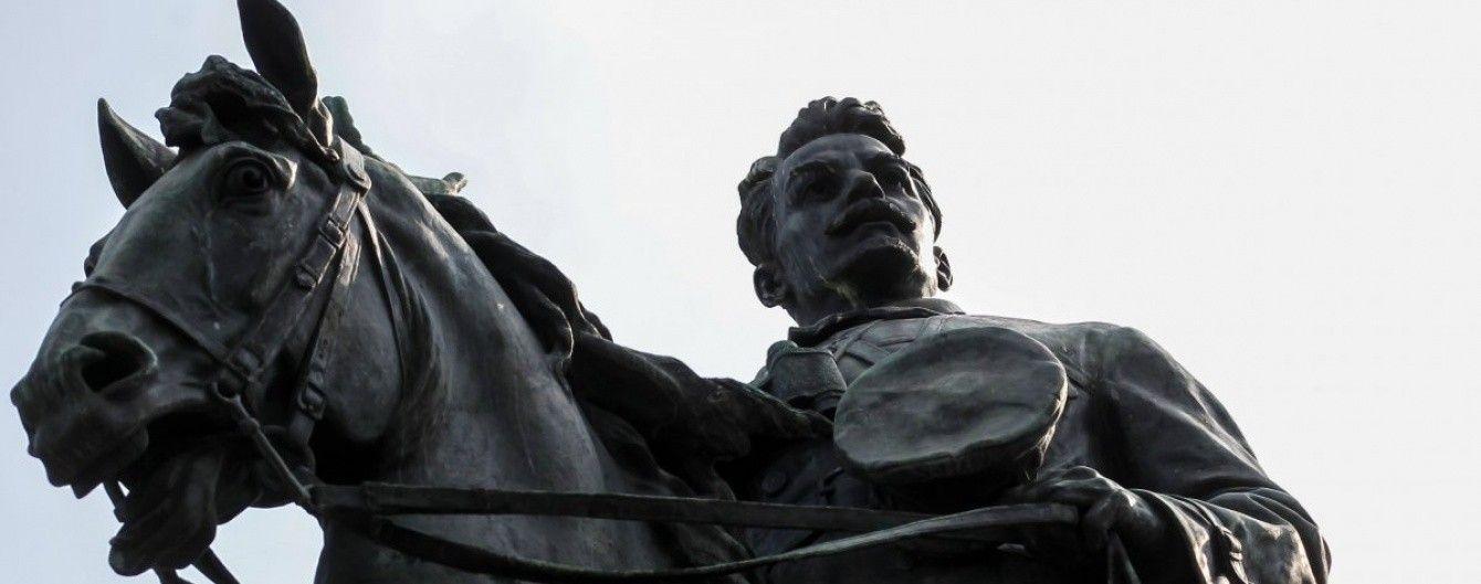 А конь без ноги. От памятника Щорсу кто-то отпилил бронзовую часть