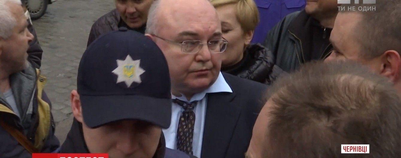 """В Черновцах под возгласы """"Слава Украине!"""" надели наручники на подозреваемого в сепаратизме"""