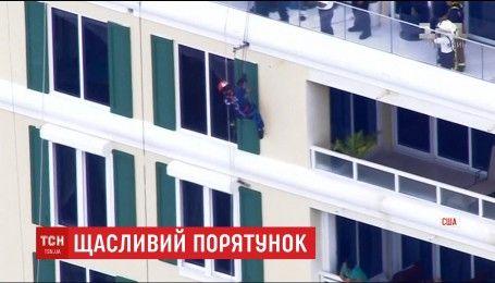 На одной веревке и на честном слове: во Флориде мужчина завис за окном шестого этажа