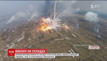 На военных складах Балаклеи двумя военными танками тушат огонь