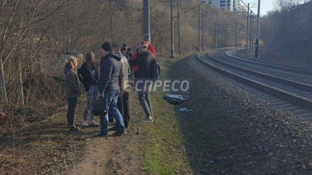 У Києві потяг на смерть збив підлітка, який намагався зробити фото