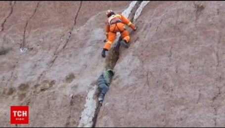 Недитячі ігри: у Китаї хлопчик впав із 100-метрової скелі і застряг у щілині