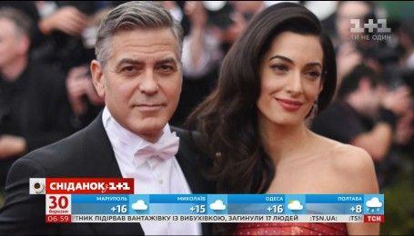 Джордж Клуни готовится стать папой и учится пеленать младенцев