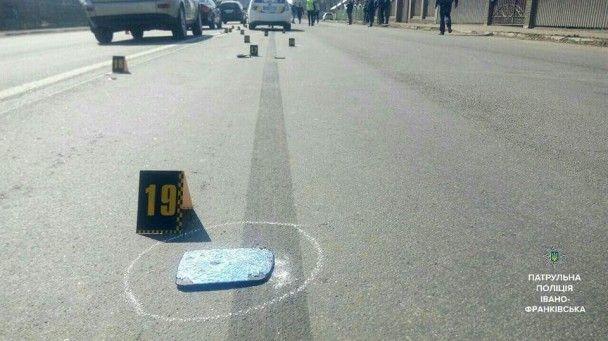 В Ивано-Франковске пьяная женщина на авто сбила патрульного и участников ДТП и сбежала