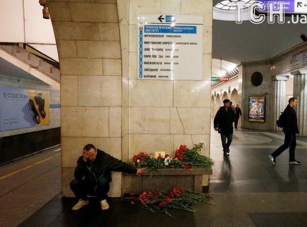 Сльози й розпач: петербурзька станція метро стала скорботним меморіалом після теракту