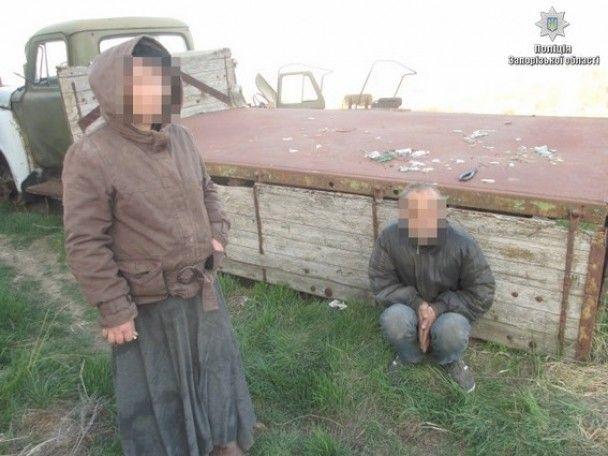 На Запоріжжі фермер тримав місцеве подружжя на ланцюгу у покинутому ангарі
