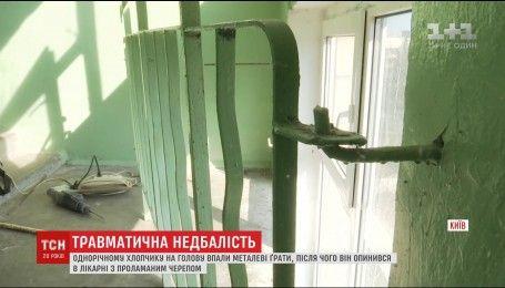 В столице на годовалого мальчика упала неприкрепленная 30-килограммовая решетка