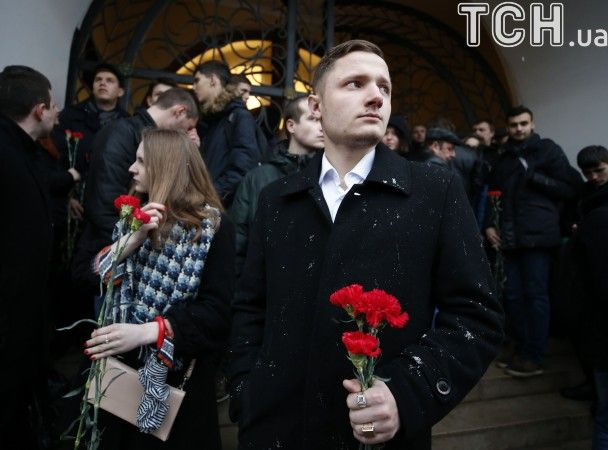 Квіти, свічки та сльози. У Москві та Санкт-Петербурзі вшановують жертв вибуху в метро