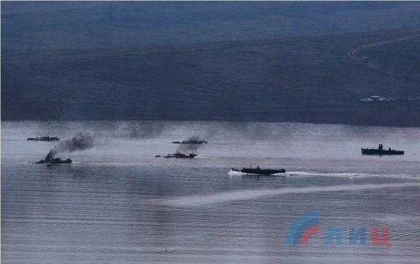 """Гартування водою. Бойовики """"ЛНР"""" провели масштабні навчання з подолання технікою водних перешкод"""