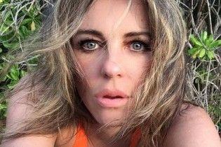 Впечатляет: 51-летняя Элизабет Херли в купальнике похвасталась стройной фигурой