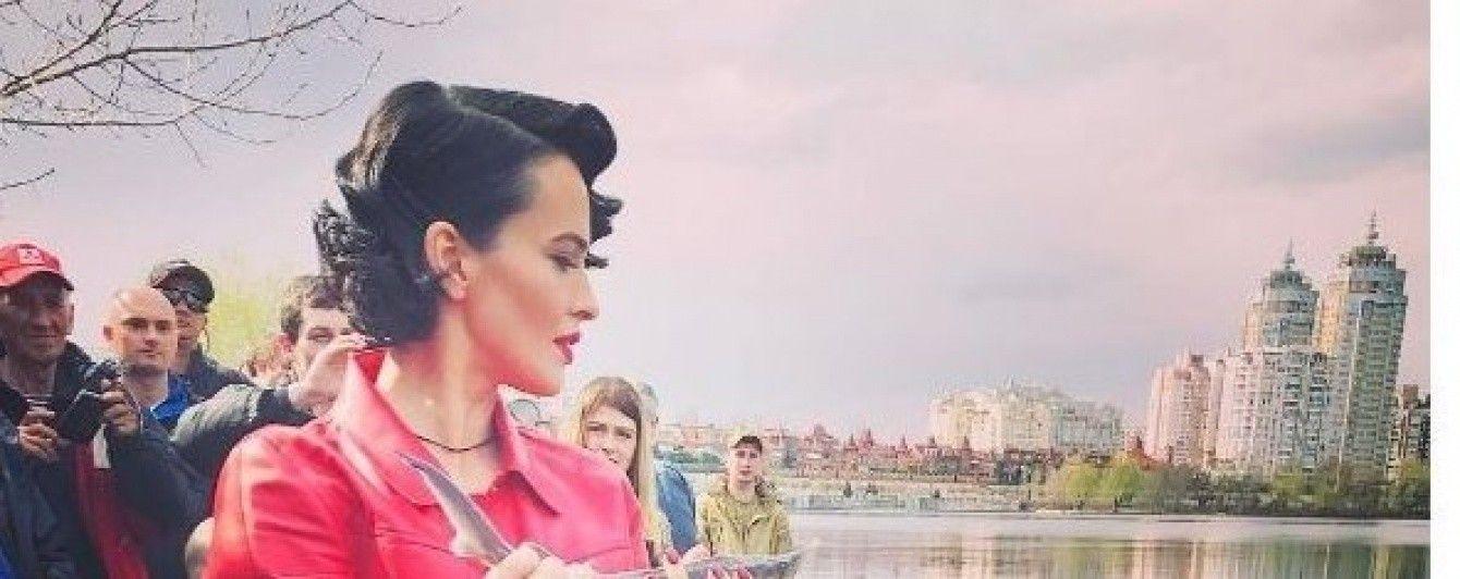 Lady in red Даша Астафьева помогла зарыбить Днепр редкой стерлядью