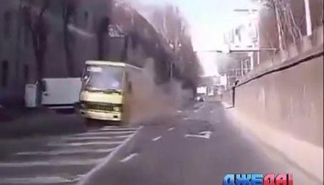Во Львове у маршрутки на ходу взорвалось колесо