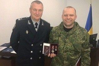 Порошенко наградил полицейского, который принимал участие в столкновениях с Парасюком