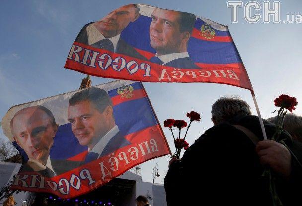 З квітами, портретами Путіна і концертом: у Москві відбулася масова акція пам'яті жертв теракту у Пітері