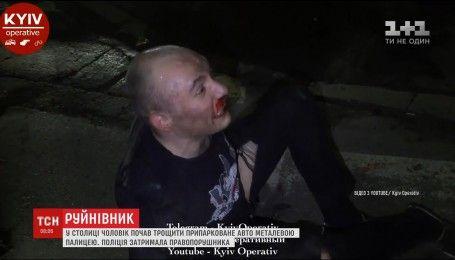 У Києві чоловік в пориві агресії побив металевою палицею автомобіль таксі